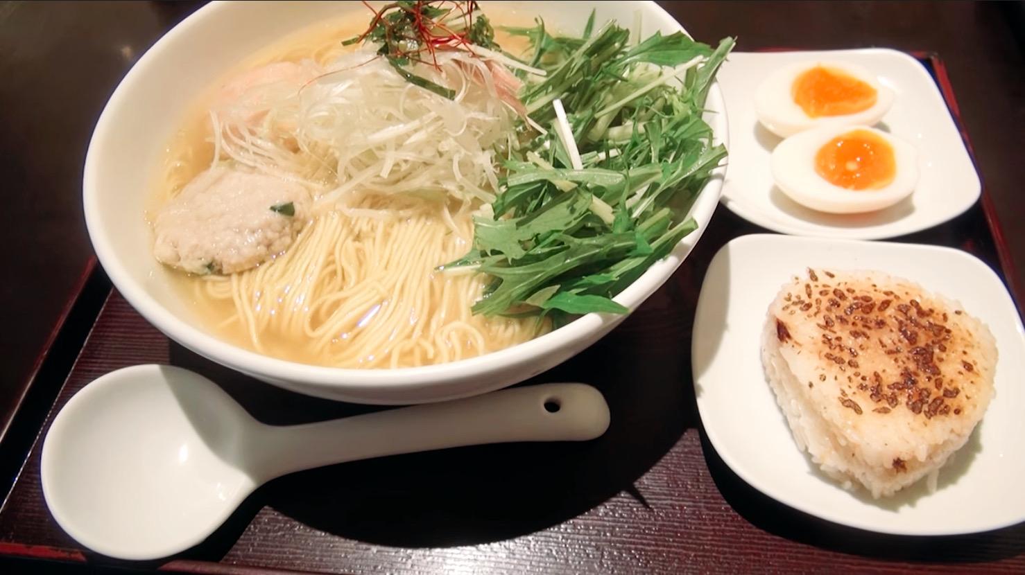 【麺屋 海神】あら炊き塩らぁめん(へしこおにぎり付き)+水菜:味玉 (東京都新宿区新宿) 第205回