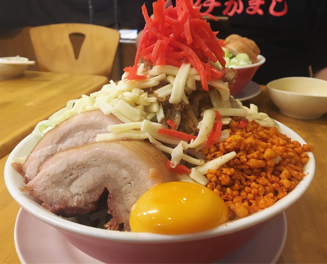 【鷹の眼】まぜそば、トッピング:うずら:豚1枚:チーズ (埼玉県草加市栄町) 第1009回