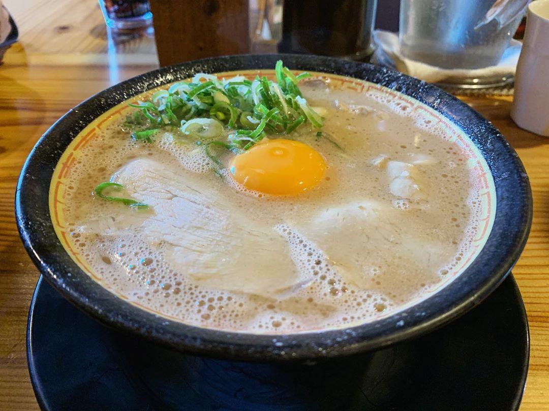 【麺家 ぶらっくぴっぐ】生玉子入りラーメン (佐賀県佐賀市本庄町) 第1503回